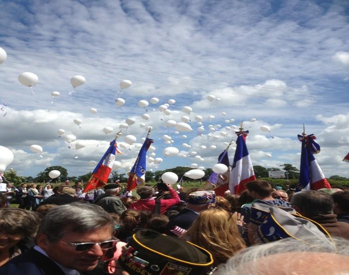 lacher-de-ballons-ceremonie-stele